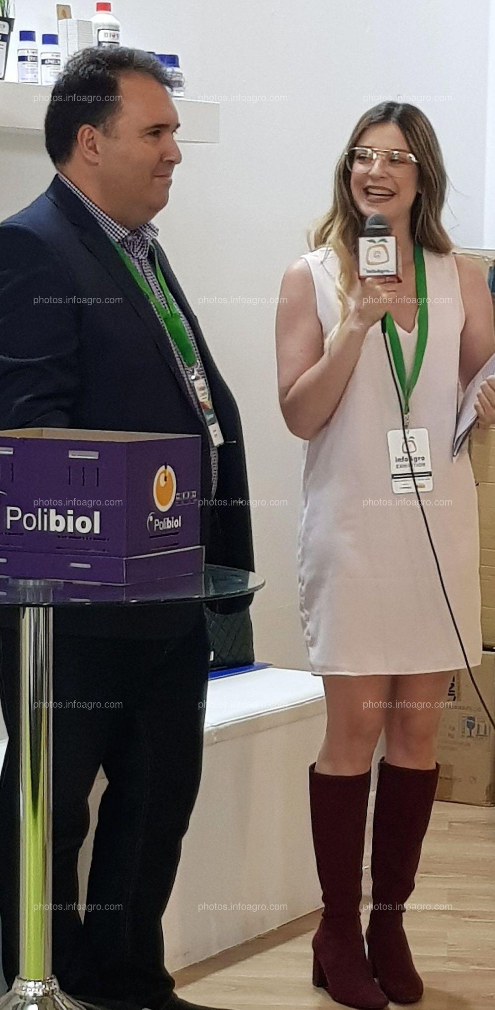 Tania Pérez. Entrevistando expositores