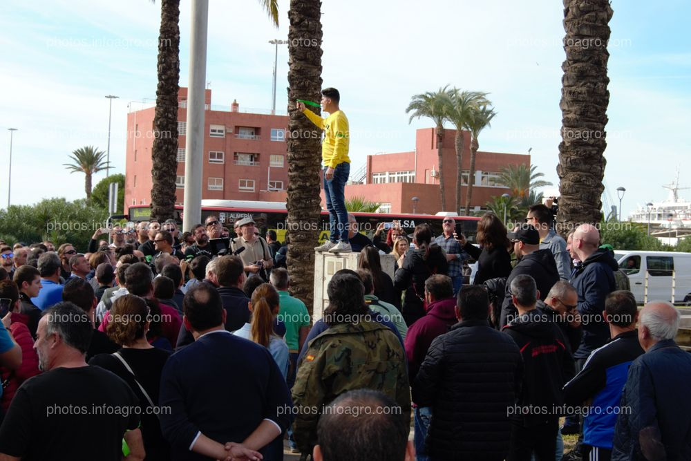 Joaquín López Rodríguez, alias Bernabé, presidente de Unión de Agricultores Independientes, subido a un montículo para hablar a los agricultores que se manifestaban