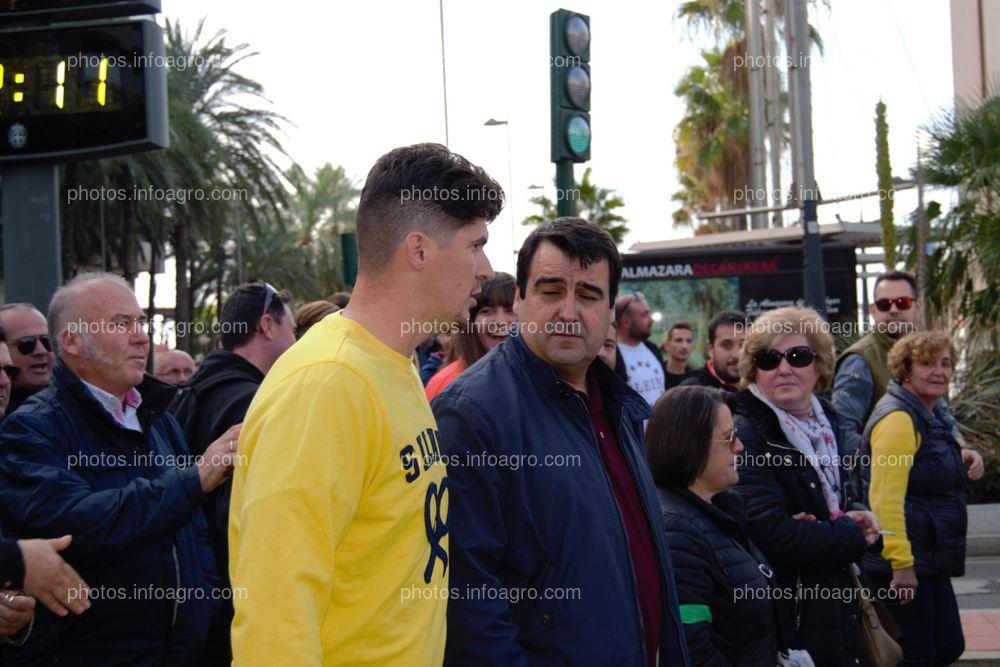Andrés Góngora, secretario general de COAG Almería, va a hablar con Bernabé para unir las dos partes en que se había separado la manifestación