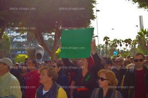 Una manifestante, mostrando una pancarta en la que pide 'Precios justos'