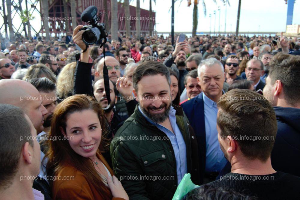Santiago Abascal, presidente de VOX, junto a su mujer, Lidia Bedman, saludando a los agricultores en la manifestación del 19N en Almería