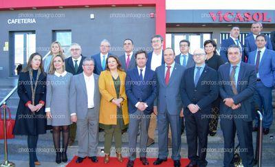 Autoridades asistentes al acto de inaguración de Vicasol 3 El Ejido, junto al presidente y al gerente de Vicasol