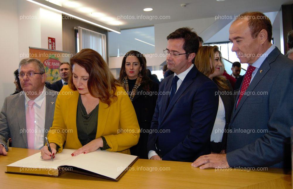 La consejera de Agricultura, Carmen Crespo, junto al alcalde de El Ejido y el presidente y el gerente de Vicasol, firmando el libro de visitas de las nuevas instalaciones de la cooperativa