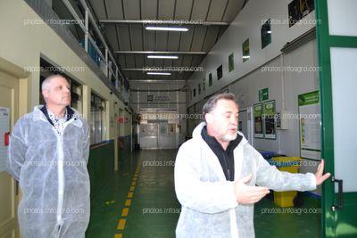 José Sáez, director de Producción de Koppert España junto a Peter Cowels, director global de Producción de Koppert, explicando las instalaciones del centro de producción de la compañía en Águilas