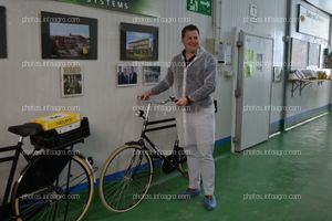 Boaz Oosthoek, director comercial de Koppert España, junto a una de las bicicletas típicas holandesas que decoran el centro de producción de la compañía en Águilas