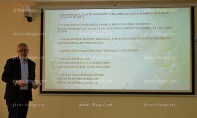 José Martínez, director financiero de Koppert España, explicando los datos financieros de Koppert España y la inversión realizada en las instalaciones de Águilas