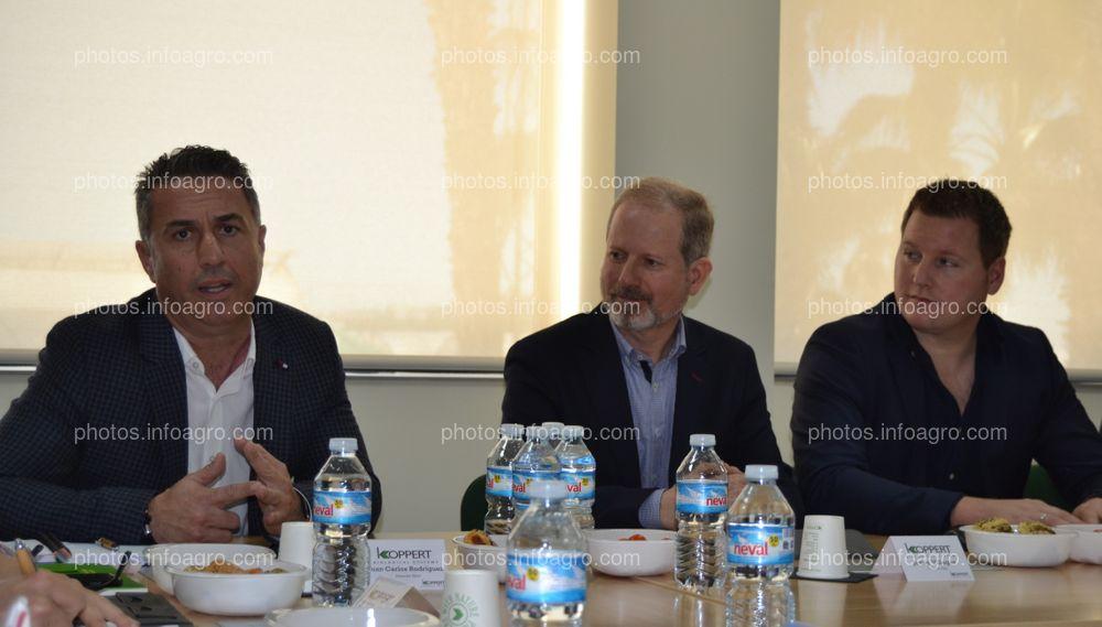 Juan Carlos Rodríguez, responsable de la línea Horti de Koppert España, durante su intervención en la presentación de las instalaciones de la compañía en Águilas, junto a Javier Villegas y Boaz Oosthoek