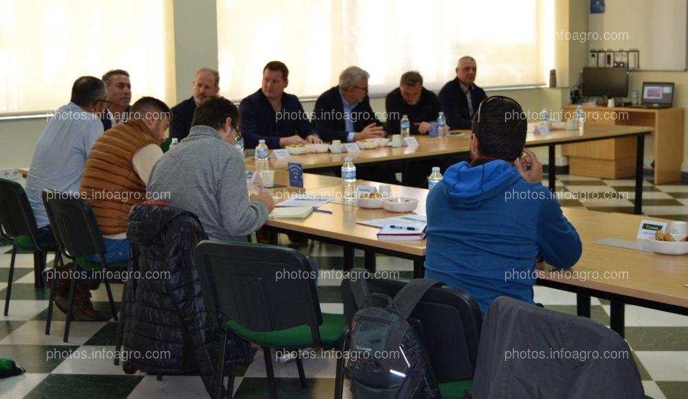 Parte de los periodistas que asistieron a la visita al centro de producción y logístico de Koppert, durante la presentación realizada por la directiva de la compañía