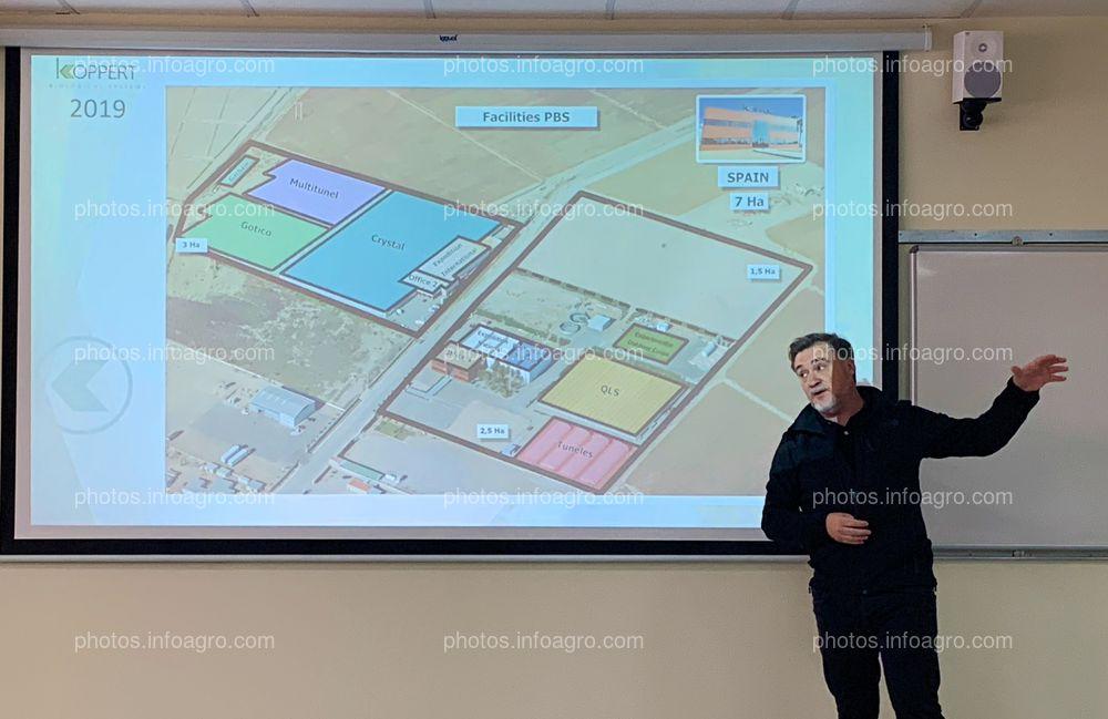 José Sáez, director de Producción de Koppert España, explicando sobre el plano, las instalaciones de la compañía en Águilas