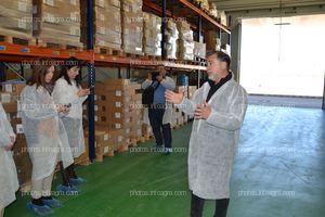 José Sáez, director de producción de Koppert España, explicando la zona de stockaje del centro de producción de Águilas a los periodistas