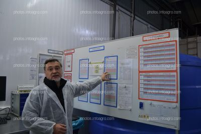 José Sáez, director de producción de Koppert España, explicando los parámetros que se controlan durante los envíos
