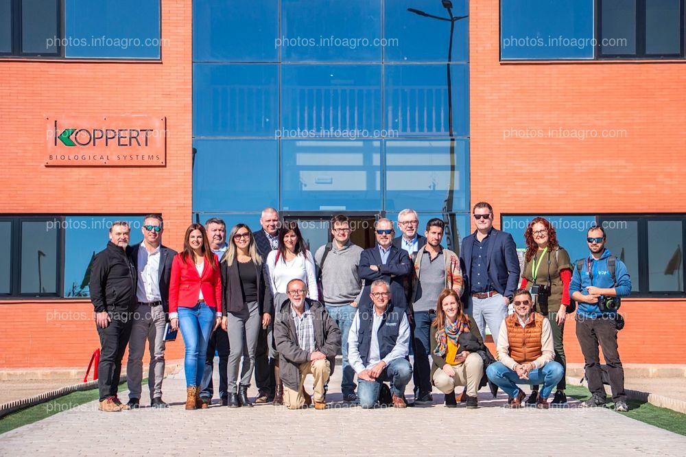 Foto de familia de la directiva de Koppert España junto a los periodistas que acudieron a la visita al centro productivo y logístico de la compañía en Águilas