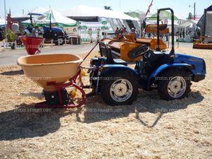 Tractor de la marca CBS Victor 400