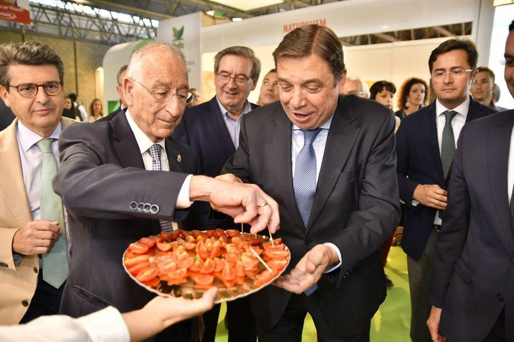 El Ministro de Agricultura, Luis Planas, y Gabriel Amat, alcalde de Roquetas de Mar, probando productos almerienses