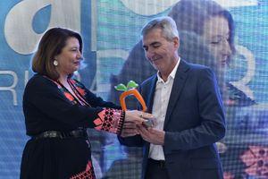 La consejera de Agricultura, Carmen Crespo, entregando el premio a Miguel Vargas, pte. de CASI.