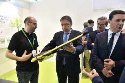 El ministro de Agricultura, Luis Planas, interesándose por el drone de una de las startups presentes en Infoagro Exhibition 2019