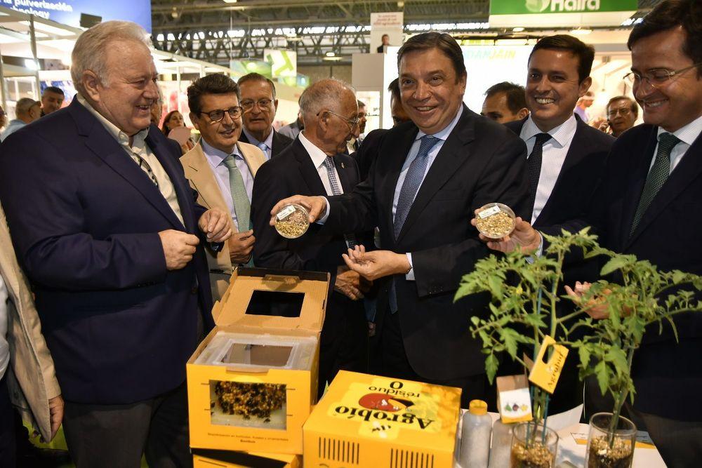 Luis Planas, ministro de Agricultura, conociendo las colmenas de los polinizadores de cultivos
