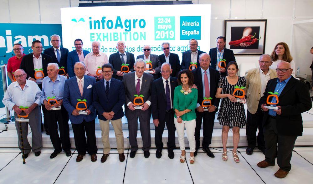 Foto de familia del Homenaje a los pioneros de la comercialización de frutas y hortalizas de Almería