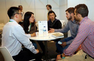 Expositores internacionales se reúnen con otra empresa expositora