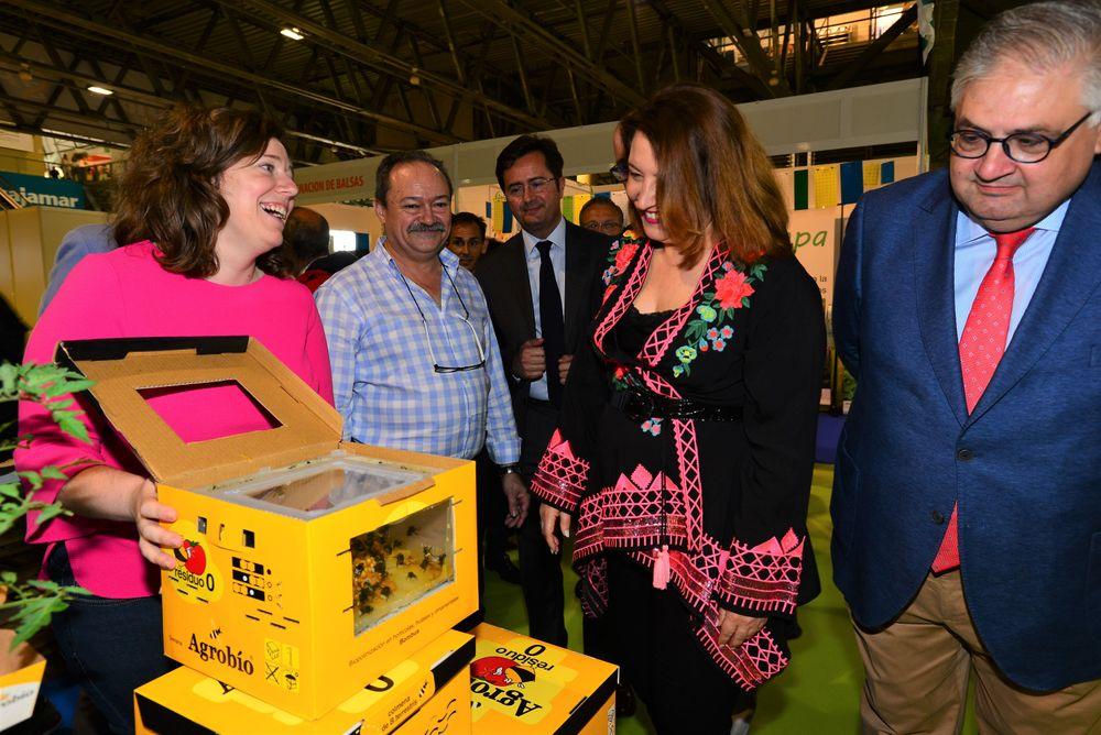 Carmen Crespo, consejera de Agricultura de la Junta de Andalucía, visita a uno de los expositores de Infoagro Exhibition 2019
