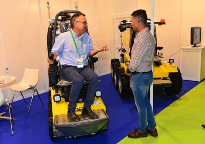 Un visitante profesional se informa sobre maquinaria en Infoagro Exhibition 2019