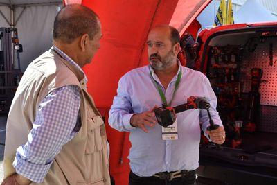 Un visitante profesional se informa sobre herramientas en Infoagro Exhibition 2019