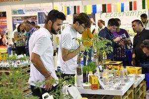 Visitantes profesionales informándose de productos de polinización y control biológico en Infoagro Exhibition 2019