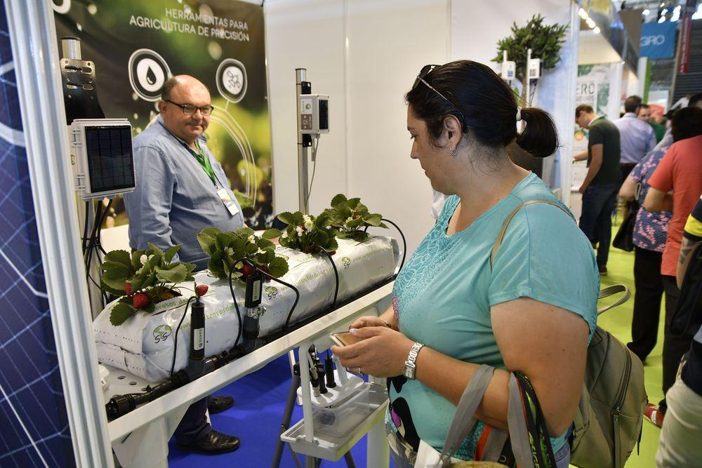Una visitante profesional a Infoagro Exhibition 2019 se informa sobre productos para hidroponía