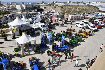 Maquinaria agrícola y vehículos comerciales en el exterior de Infoagro Exhibition 2019