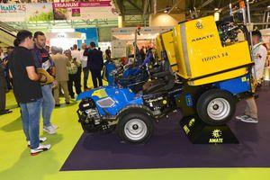 Visitantes profesionales a Infoagro Exhibition se informan sobre maquinaria