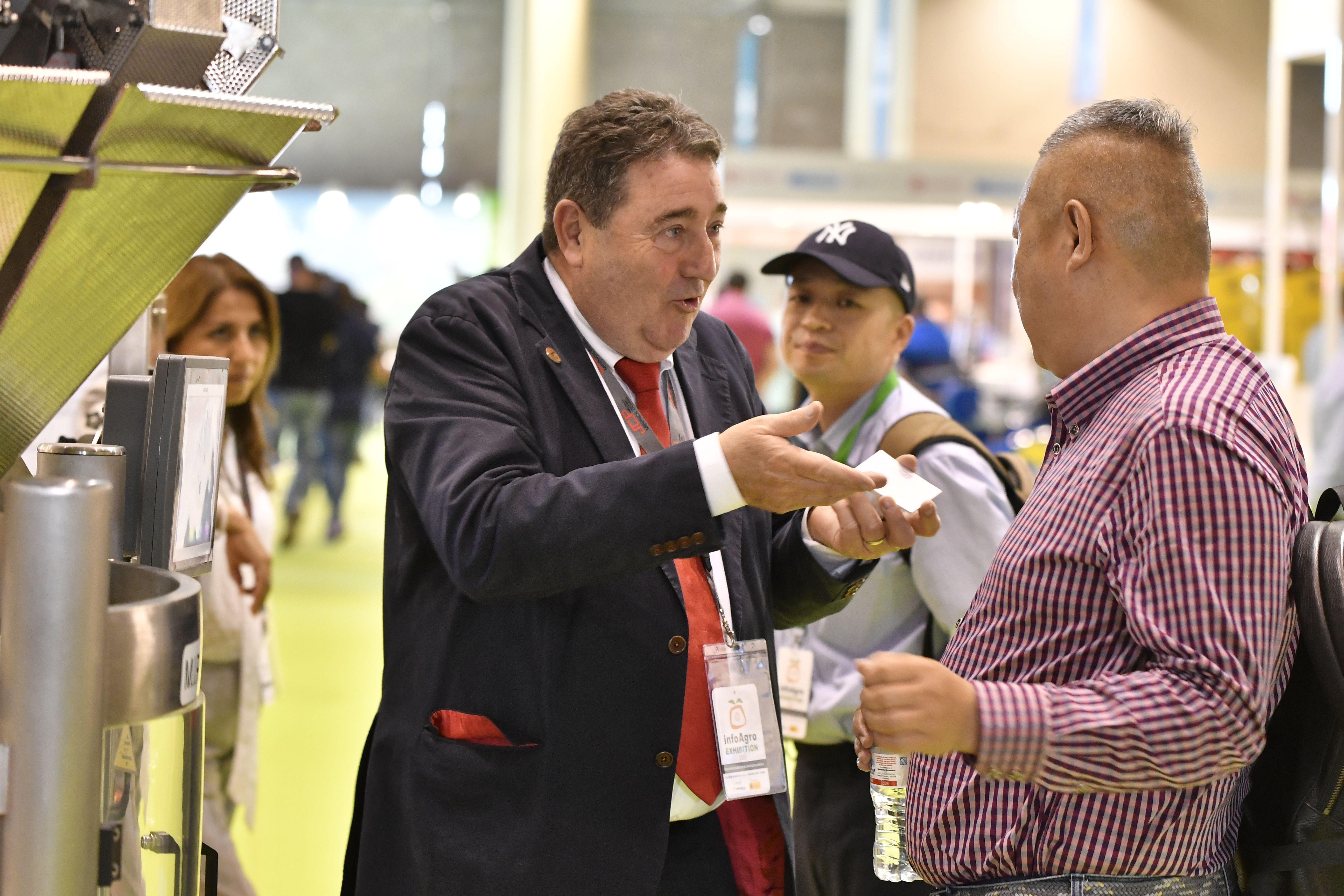 Visitantes profesionales a Infoagro Exhibition 2019 se informan sobre productos de una empresa expositora