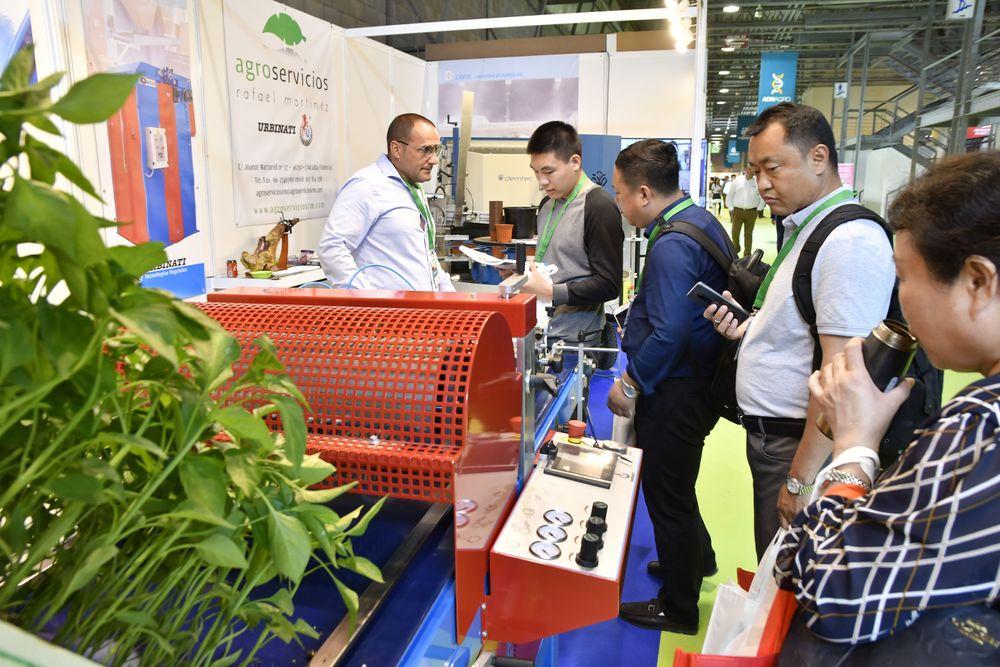 Visitantes profesionales internacionales informándose sobre productos en Infoagro Exhibition 2019