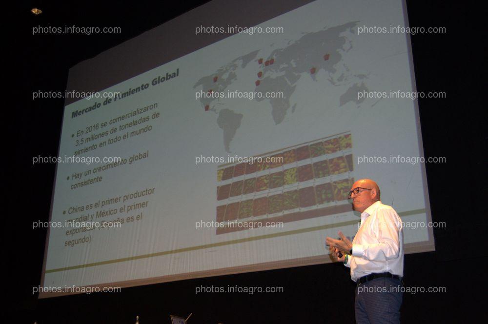 """David Bodas, Vegs Seeds Value Chain Lead SWE de Syngenta, ofreció la ponencia """"Tendencias y exigencias de un mercado que evoluciona cada vez más rápido"""" en el acto del 25 Aniversario de Agroiris."""