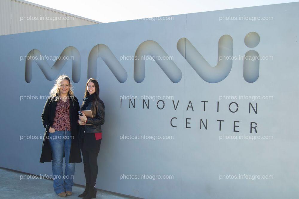 María José Ortega, responsable de marketing online de la compañía y Tatiana Alonso, responsable de Comunicación de Kimitec, junto a la entrada del MAAVi Innovation Center